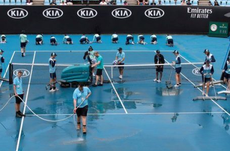 Mud and dust delays Australian Open